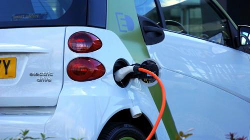 Las matriculaciones de vehículos eléctricos, híbridos y de gas crecen un 14% en agosto