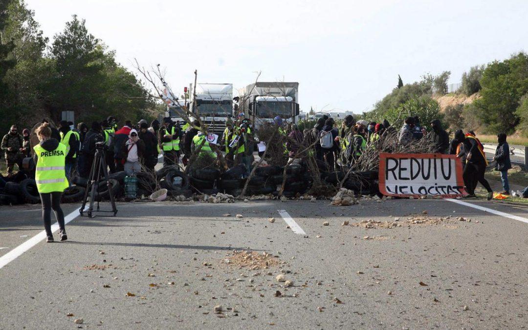 Miles de camiones han estado paralizados en La Jonquera más de 24 horas, desamparados por el Ejecutivo y el Gobierno de la Generalitat