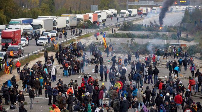 El sector del transporte denuncia los cortes de carretera en Cataluña