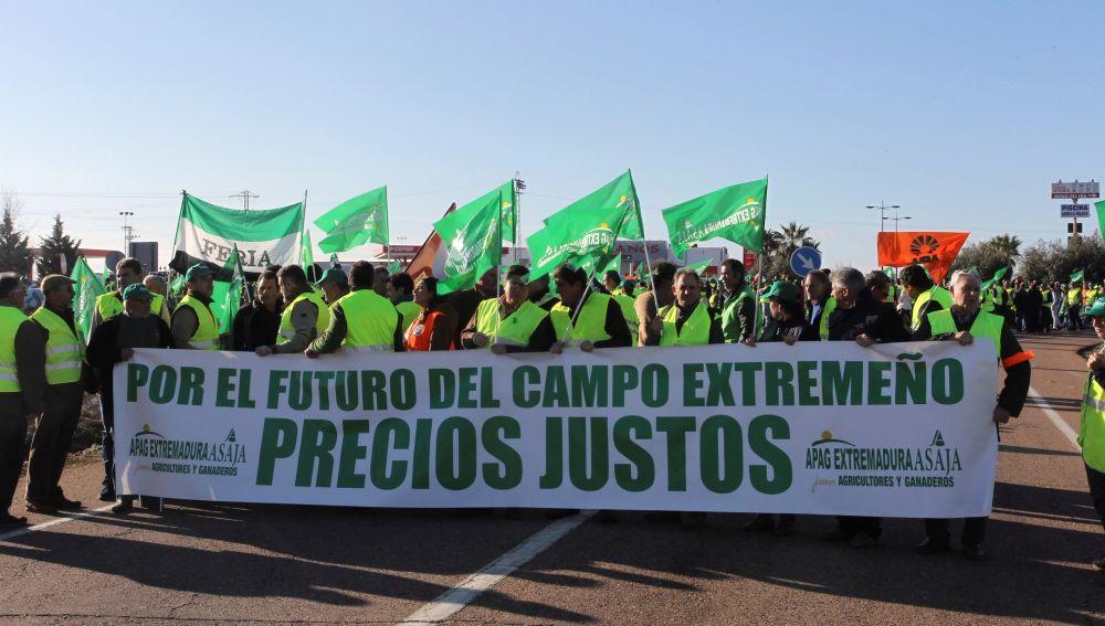 Los agricultores cortan las carreteras en Extremadura
