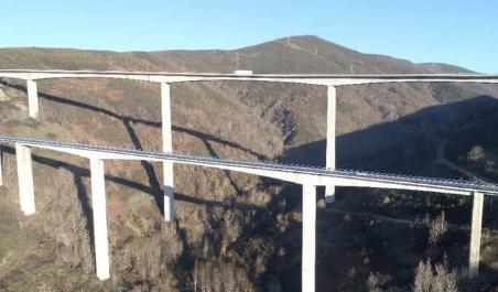 Prohibida la circulación para vehículos especiales en los viaductos de El Castro (León) debido a las obras de mantenimiento y reparación