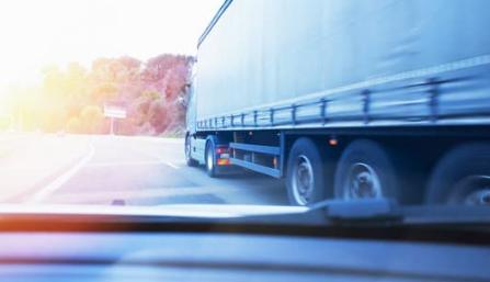 Cataluña obliga a los camiones a circular por el carril derecho en la AP-7 y les prohíbe el adelantamiento durante los domingos